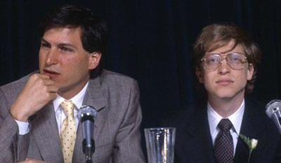 A Young Steve Jobs and Bill Gates in a Tech Mogul Photoshop Battle