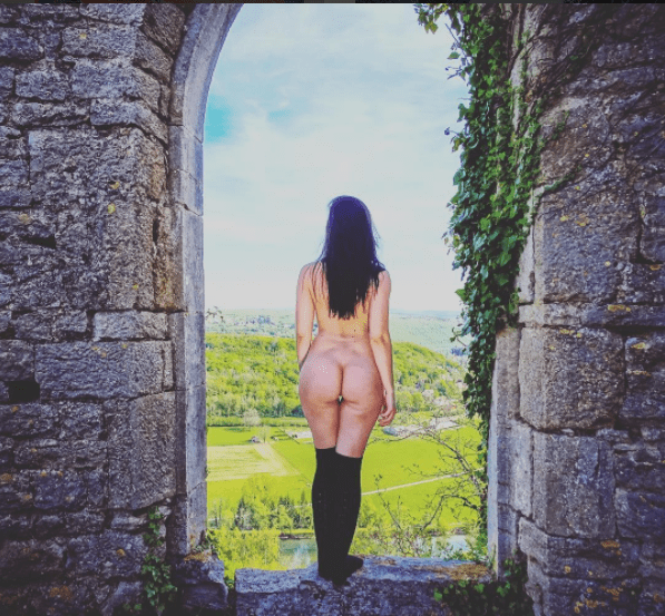 taking photos of your bare butt in iconic locations is the new traveling trend