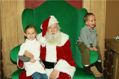 boy crying girl mall sad santa throne - 4102489600