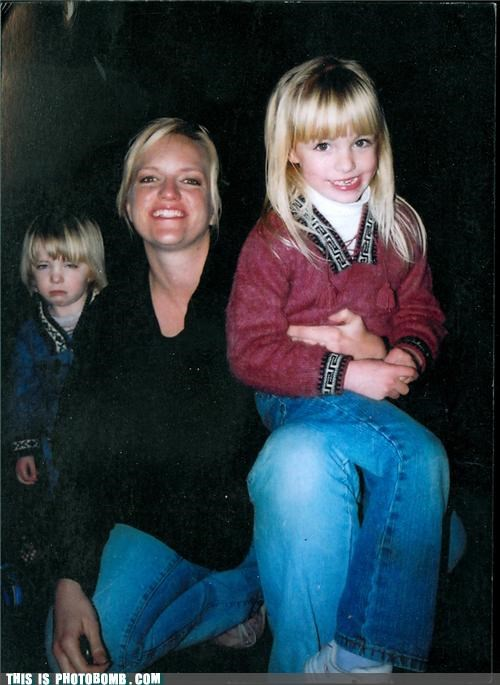 blonde family portrait grumpy kids lol photobomb