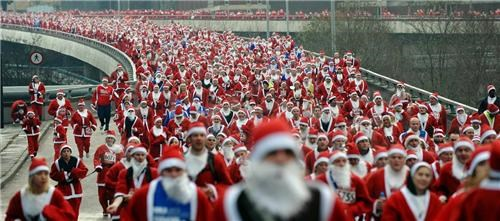 multiple santas,santa,santacon,wtf