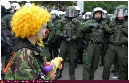 clowns cops scared wtf - 4510507520