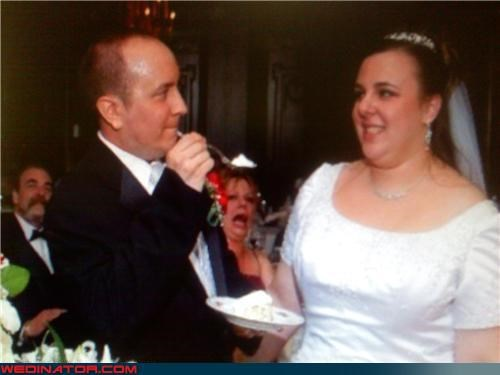 funny wedding photos,photobomb,wedding cake