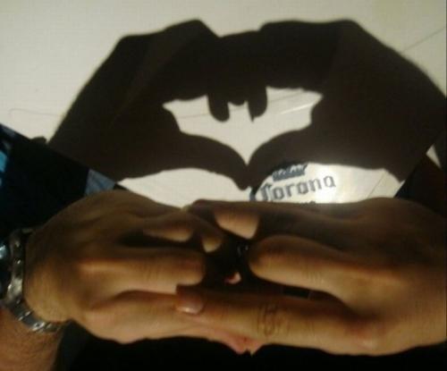 Bat signal batman Hand Shadow Shadowgraphy This May Come In Handy - 5015514624