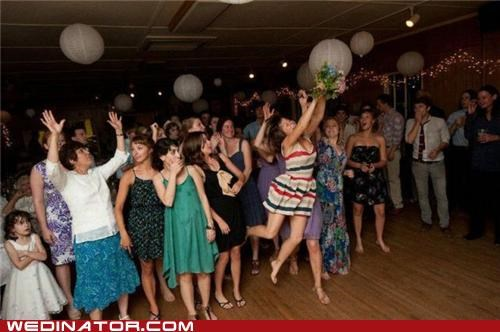 bouquet,bouquet toss,funny wedding photos,toss