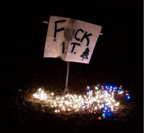 christmas lights,decorations,im-done,lazy,nope,signs,sketchy santas,thats-the-holiday-spirit