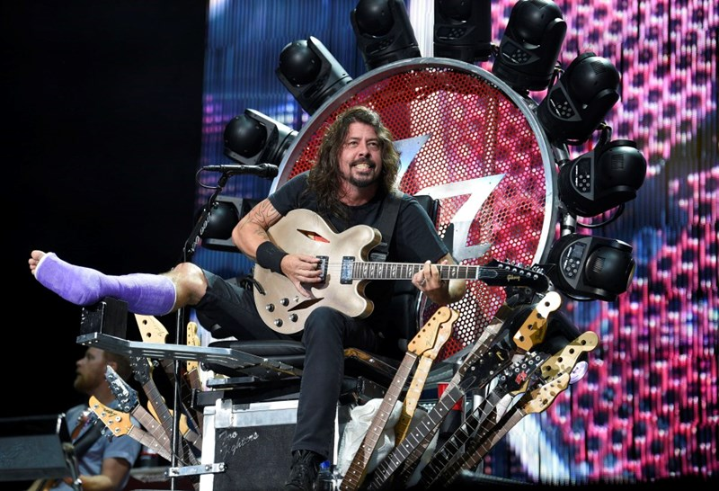 Dave Grohl throne broken leg foo fighters leg - 560901