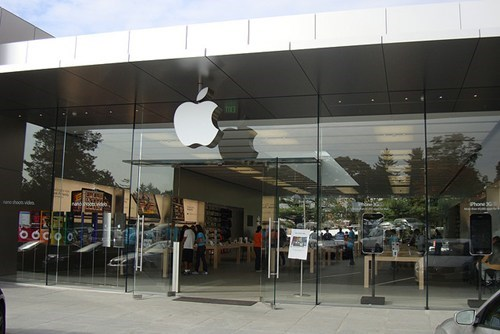 apple apple store elderly glass door lawsuits Nerd News - 6030625280