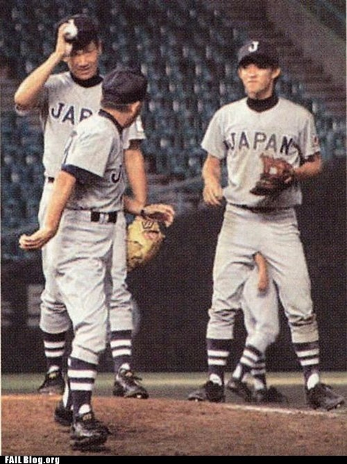 ballboy,baseball,funny picture,Japan,photo bomb