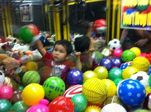 arcade game,balls,kid,skill crane