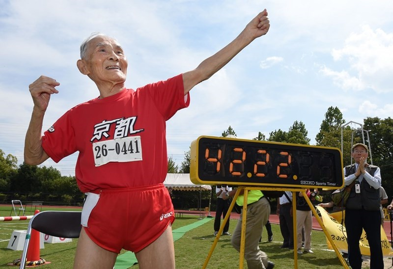 Battle,100 meter dash,photoshop,sprint,world record,hidekichi miyazaki,105 year old