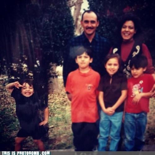 posing family kids