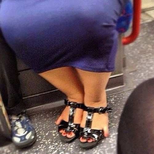 toes,sandals,bus
