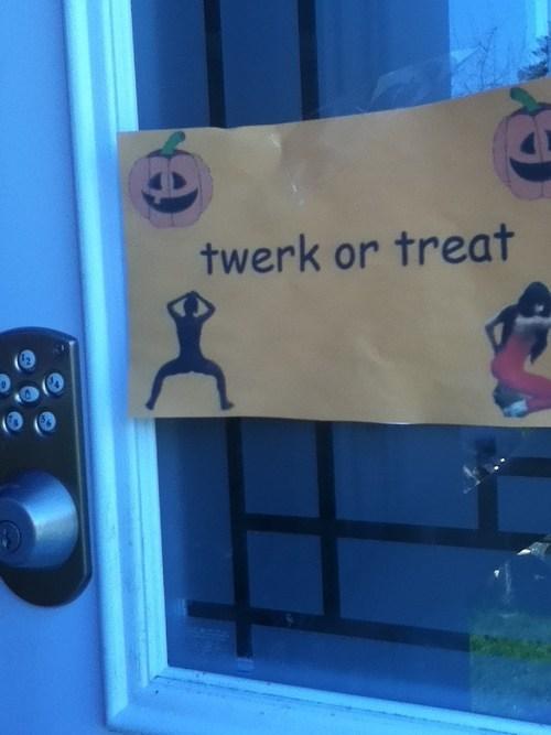 halloween no thanks sign twerk Spooky FAILs - 6717963520