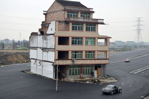 wenling,China,eviction notice,highway,tenants refuse to leave,eviction