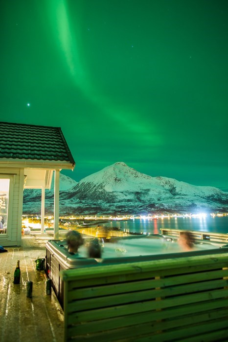 aurora borealis northern lights relaxing hotel hot tub pretty colors - 6981956096