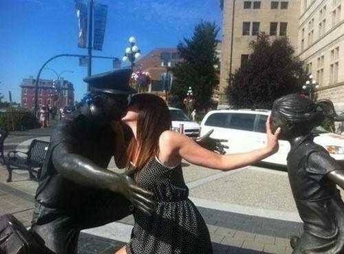 kisses statue - 7080861184
