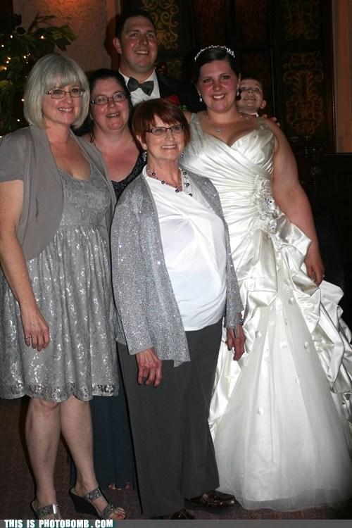 photobomb wedding funny kids - 7548027392