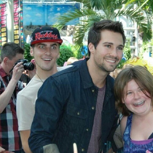 james maslow photobomb big time rush kendall schmidt funny