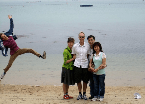 photobomb,beach,family photo,funny