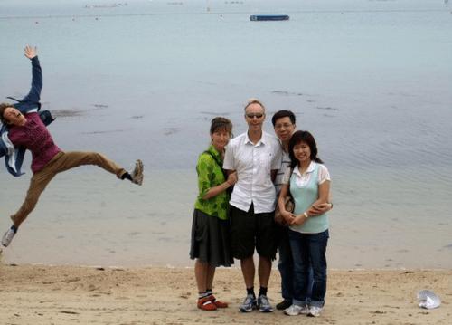 photobomb beach family photo funny - 7592781824