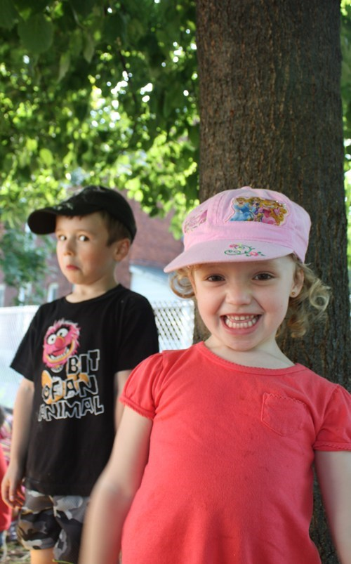 photobomb little sisters big brothers sibling rivalry siblings funny - 7611726336