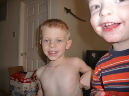 photobomb kids sibling rivalry siblings funny brothers - 7643013120
