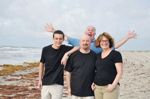 photobomb beach odd man out funny - 7655504384