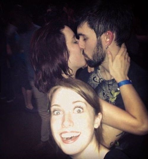 photobomb overly attached girlfriend third wheel funny - 7726394624