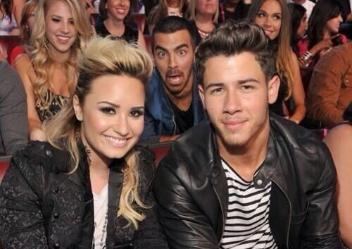 demi lovato,photobomb,teen choice awards,jonas brothers,funny,tcas