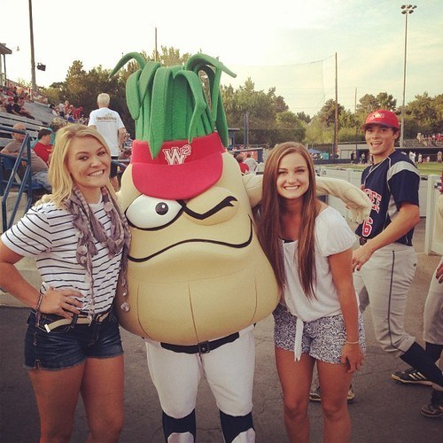 photobomb,mascot,onion,Wenatchee,funny