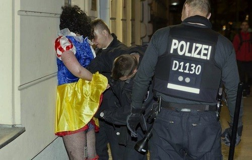 search snow white arrest apple - 7742365952