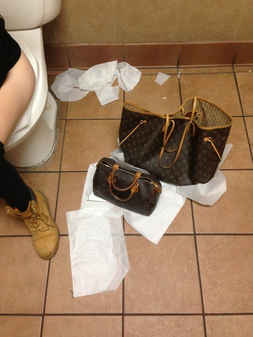 purse,bathroom,toilet