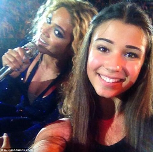 Beyonce Photobombs Fans Selfie, Mid-Performance