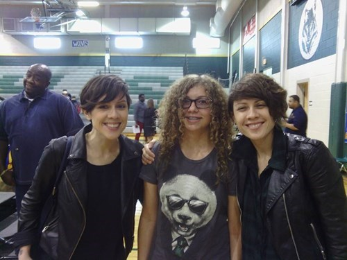 photobomb,Tegan and Sara
