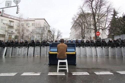 piano wtf riots - 7950279936