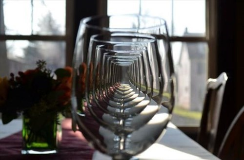 photobomb wine glasses
