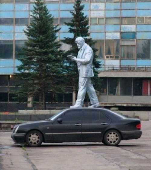 photobomb statues cars perfectly timed - 8009200384