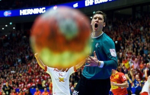 photobomb sports perfectly timed - 8015323392