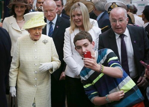 Queen Elizabeth II selfie failbook g rated - 8234537216