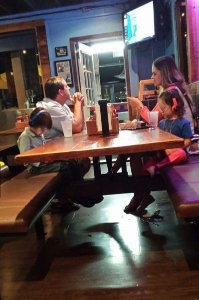 kids technology restaurant parenting dinner - 8277784320
