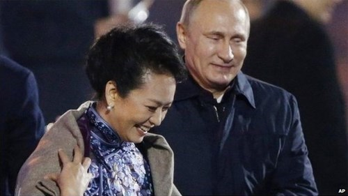 shawl Awkward international relations first lady of china Vladimir Putin