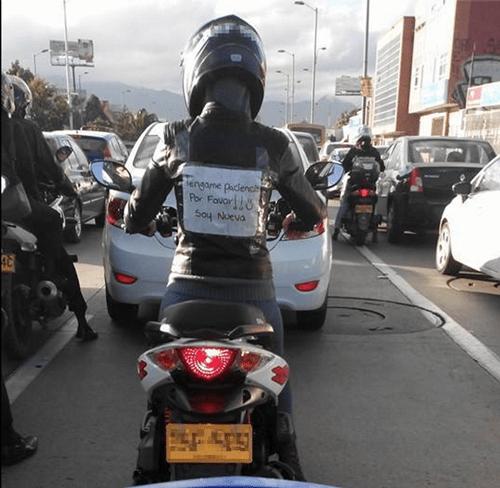 Nueva manejando moto