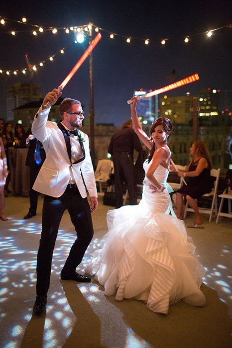 geeky-wedding-lightsaber-dance-battle-wedding-reception