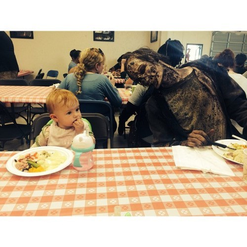funny-walking-dead-walker-baby-lunch-time