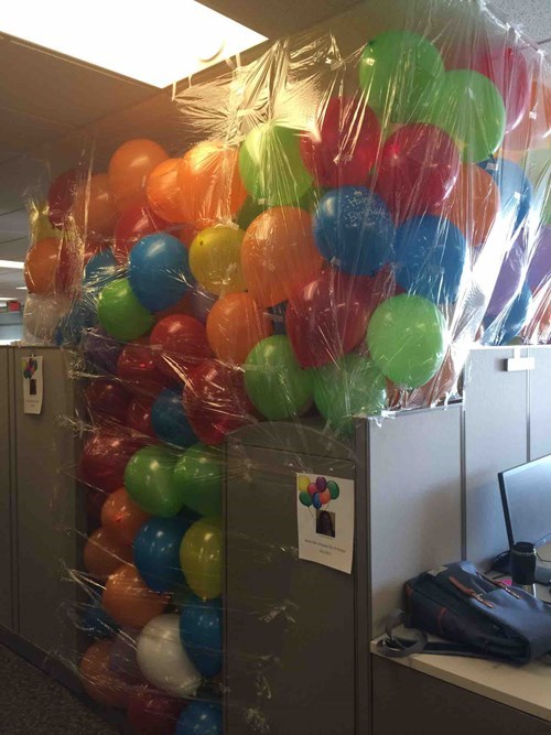 funny-office-work-pic-balloon-birthday-prank