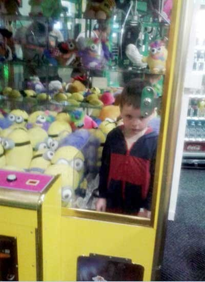 funny-fail-pic-kid-claw-machine