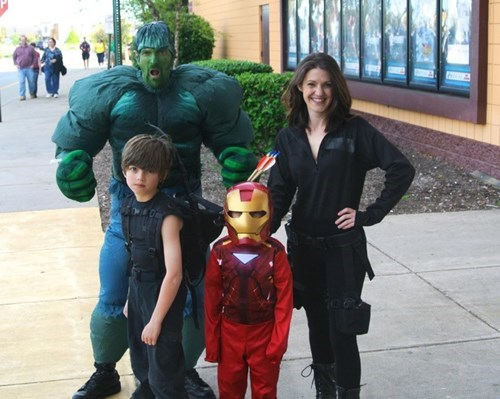 funny-parenting-pic-ultron-premiere-family-cosplay