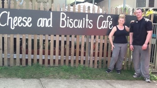 parenting babies news Cafe Kicks Out Rude Customer After Breast Feeding Complaint