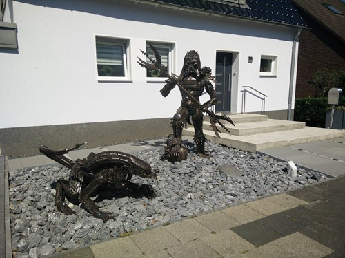 epic-win-pic-lawn-decoration-alien-predator